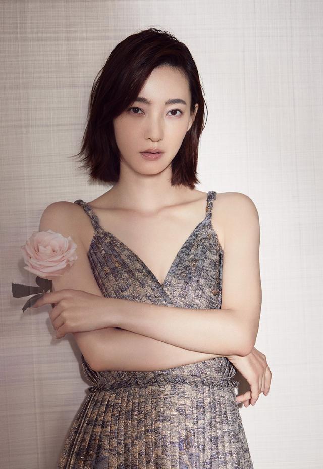 王丽坤太瘦了,穿金线刺绣吊带裙肩膀都是直角形,网友:该增肥了