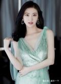 景甜一袭薄荷绿长裙,温婉大方,清新优雅仙女范