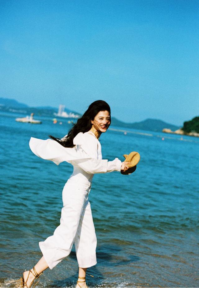 葛天一改性感风格,穿旗袍配录节目,黑长直发美得更精致、优雅