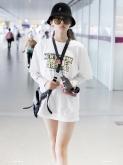 杨超越素颜现身,一身叠穿时尚又防晒,难怪火箭少女都爱穿!
