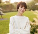 袁泉新造型,穿白色针织衫配半身裙,虽低调却穿出无尽高级感