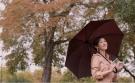 练练秋季新造型,穿卡其色风衣配低马尾好减龄,轻松穿出国际范