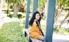 """苗圃穿橙色卫衣配短裤凹造型,""""上长下短""""好时髦,公主卷发更嫩"""